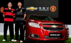 Bryan Robson og Ryan Giggs, einhverjir þekktustu leikmenn Manchester United til margra ára, voru viðstaddir  undirritun samningsins milli Manchester United og Chevrolet.